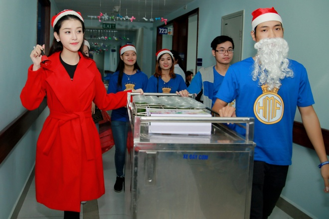 Khong chay show, Huyen My hoa 'nang tien Noel' di tu thien hinh anh 6