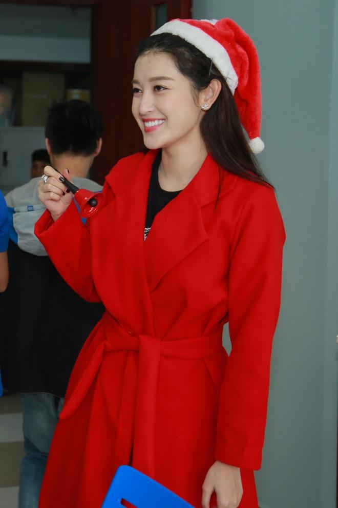 Khong chay show, Huyen My hoa 'nang tien Noel' di tu thien hinh anh 7
