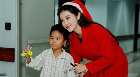 Khong chay show, Huyen My hoa 'nang tien Noel' di tu thien hinh anh