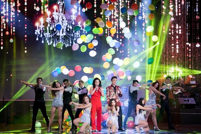 Vo Chi Tai ve nuoc tham gia live show cua chong anh 5