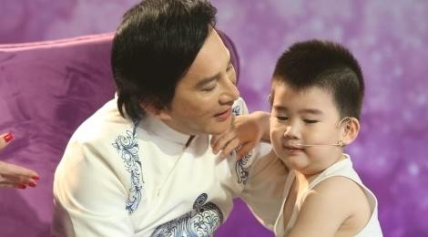 Con trai 3 tuoi cua Kim Tu Long dang yeu tren san khau hinh anh