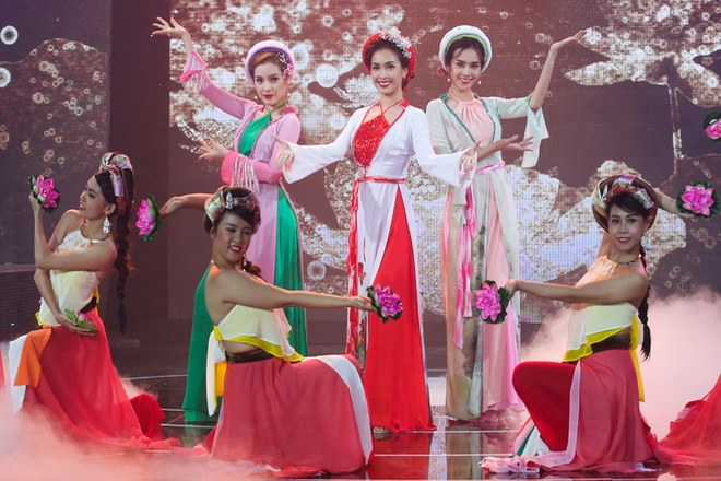 Hoang Thuy Linh va Chi Pu dien ao yem quyen ru tren san khau hinh anh 8