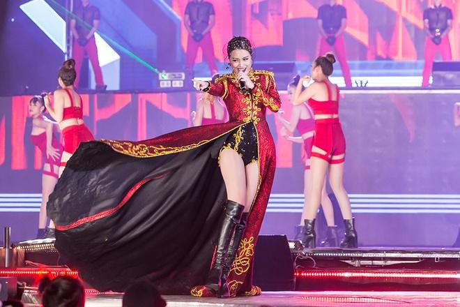 Hoang Thuy Linh nao dong san van dong My Dinh anh 5