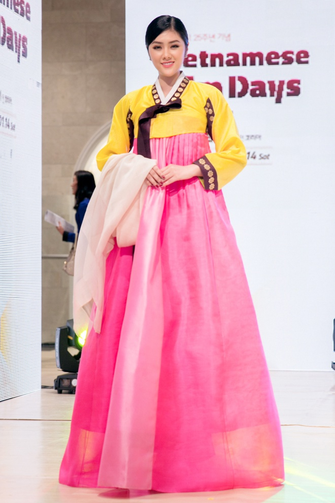 Huynh Tien dien Hanbok xinh dep giao luu cung Miss Korea anh 1