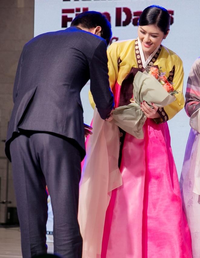 Huynh Tien dien Hanbok xinh dep giao luu cung Miss Korea anh 5