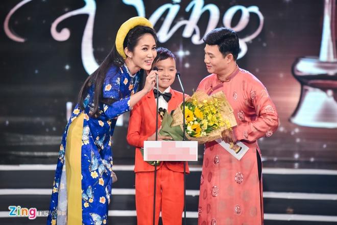 Truong Giang lien tuc hon Nha Phuong khi an mung chien thang anh 1