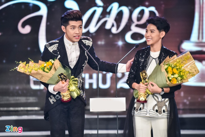 Truong Giang lien tuc hon Nha Phuong khi an mung chien thang anh 7