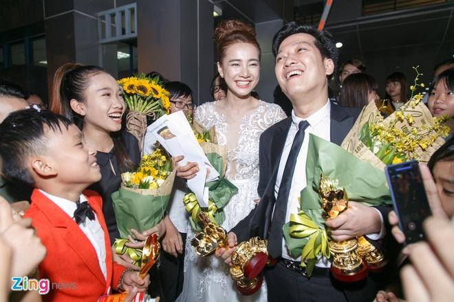 Truong Giang lien tuc hon Nha Phuong khi an mung chien thang anh 3