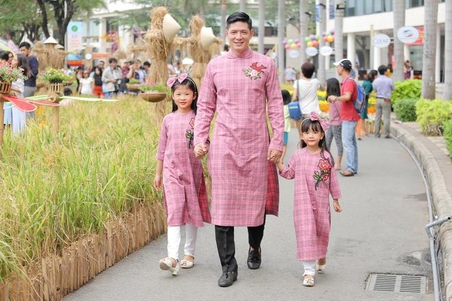 Binh Minh cung vo con dien ao dai dao duong hoa hinh anh 3