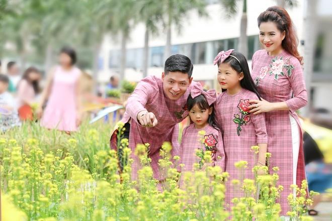 Binh Minh cung vo con dien ao dai dao duong hoa hinh anh 2