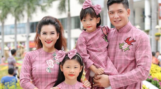 Binh Minh cung vo con dien ao dai dao duong hoa hinh anh