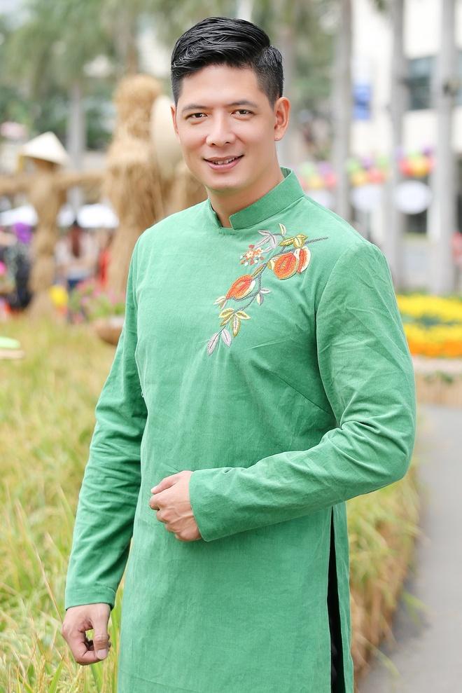 Binh Minh cung vo con dien ao dai dao duong hoa hinh anh 4