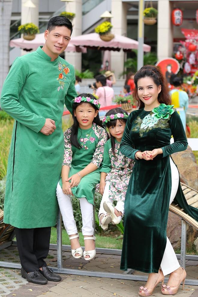 Binh Minh cung vo con dien ao dai dao duong hoa hinh anh 7