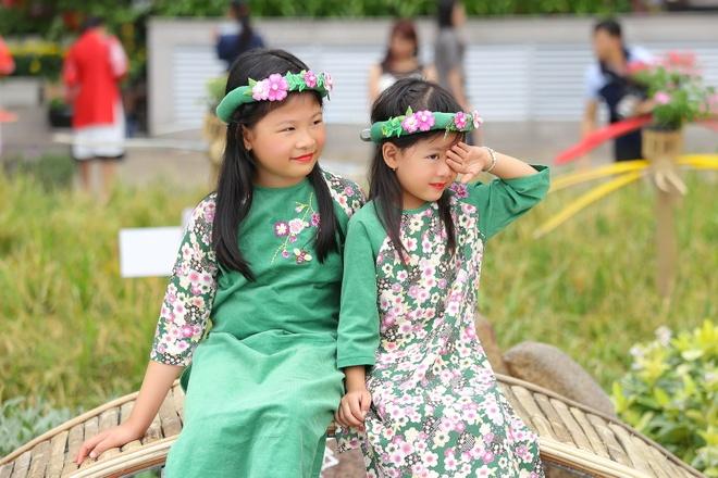Binh Minh cung vo con dien ao dai dao duong hoa hinh anh 6