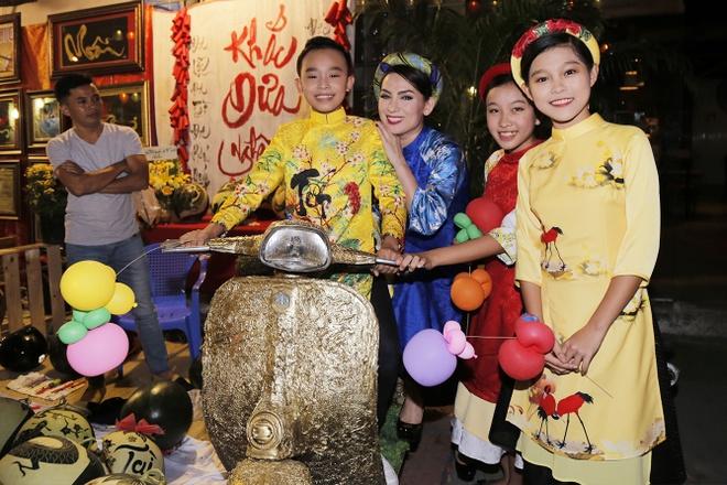 Phi Nhung dan ba con nuoi dao choi pho ong do hinh anh 1