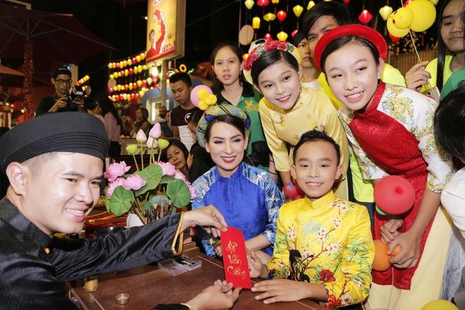 Phi Nhung dan ba con nuoi dao choi pho ong do hinh anh 3