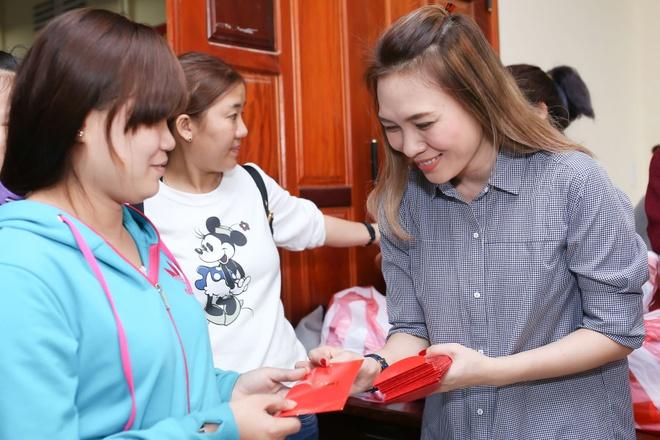 My Tam tang qua Tet cho ba con ngheo Quang Nam hinh anh 9