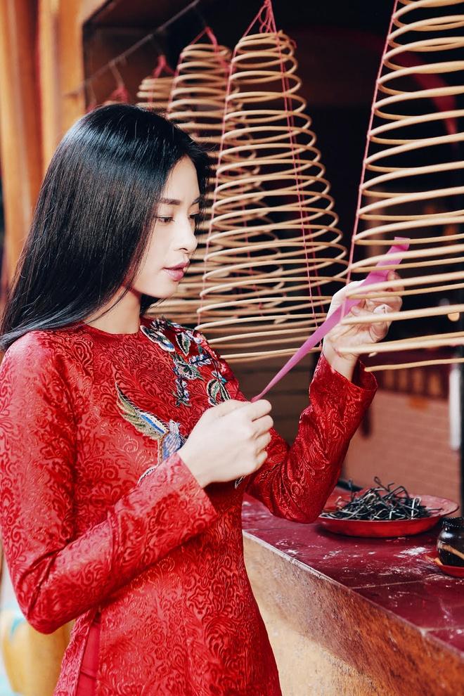Ngo Thanh Van diu dang voi ao dai do don Tet hinh anh 2