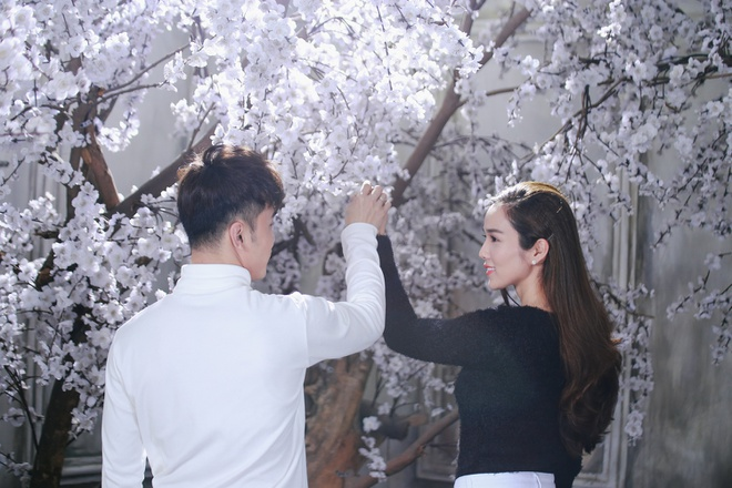 Ung Hoang Phuc au yem om,  hon Kim Cuong trong MV moi anh 2