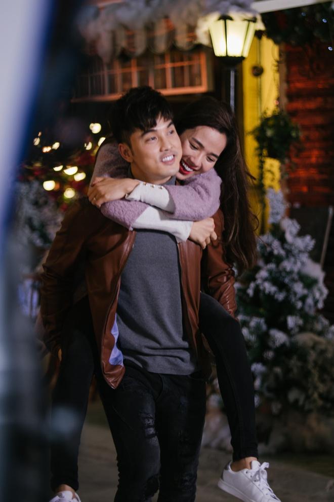Ung Hoang Phuc au yem om,  hon Kim Cuong trong MV moi anh 7