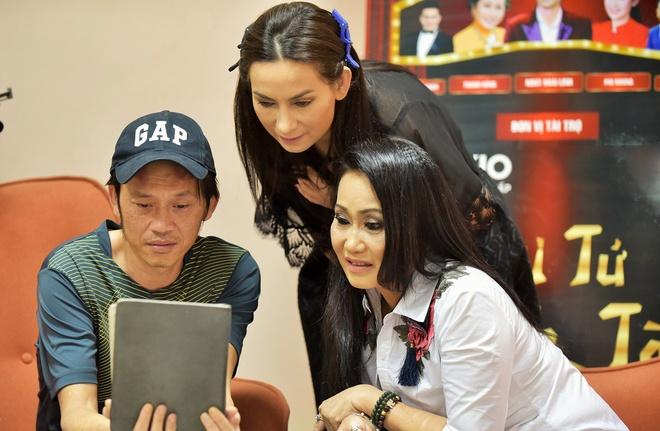 Hoai Linh binh dan trong hau truong gameshow anh 1