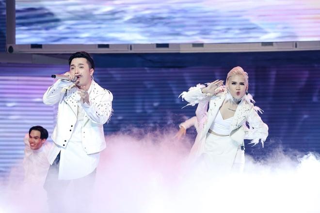 Yanbi bat tay hoc tro Tuan Hung trong MV moi hinh anh 1