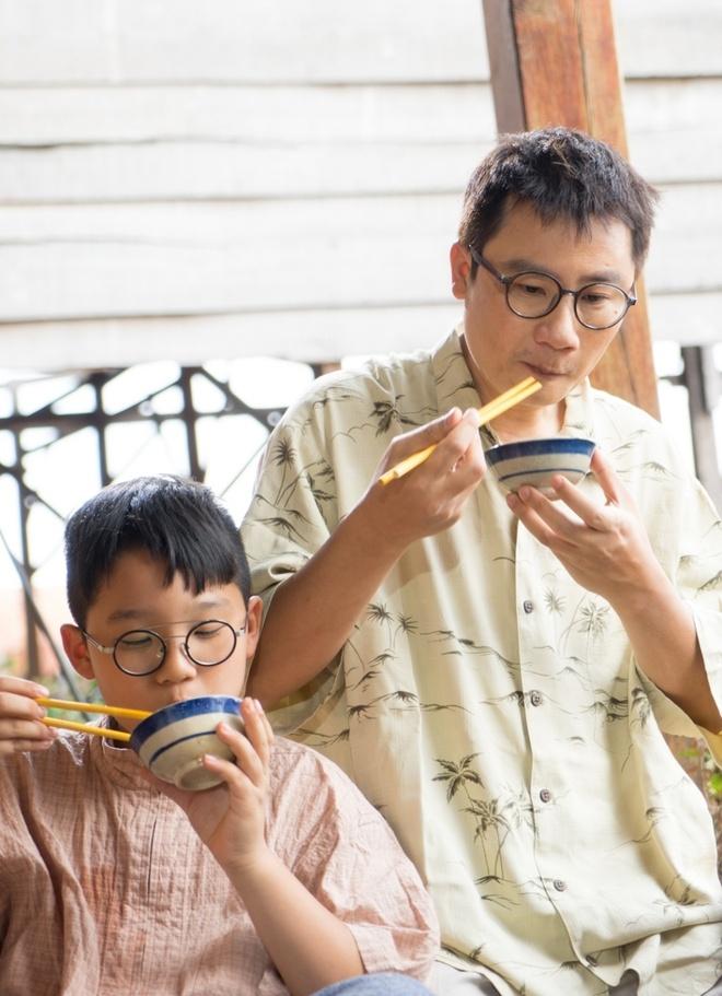 Hoang Bach dan con trai di ba mien dat nuoc de dong MV hinh anh 1