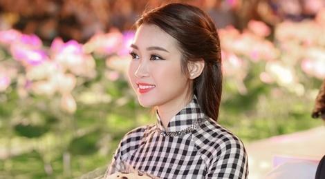 Hoa hau My Linh dien ao dai doc dao di cham thi hinh anh