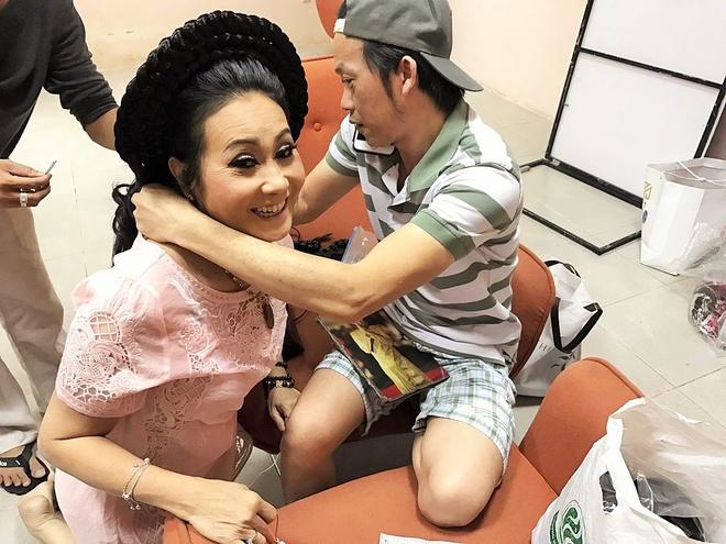 Hoai Linh tang tram huong dat tien cho nghe si Thanh Hang hinh anh 1
