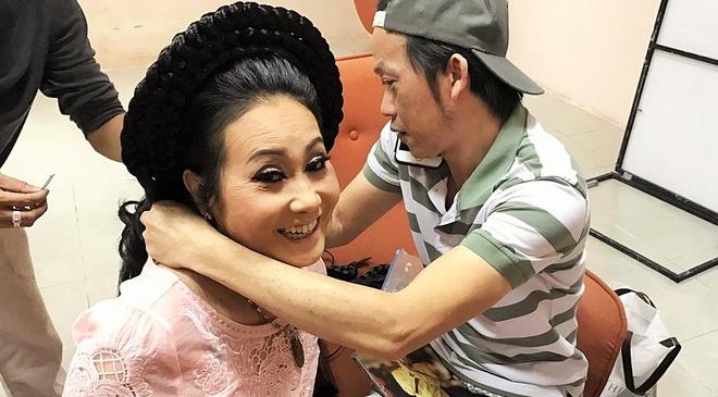 Hoai Linh tang tram huong dat tien cho nghe si Thanh Hang hinh anh