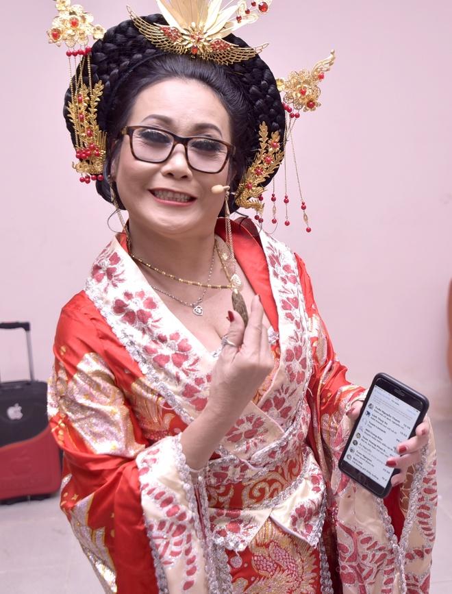 Hoai Linh tang tram huong dat tien cho nghe si Thanh Hang hinh anh 2