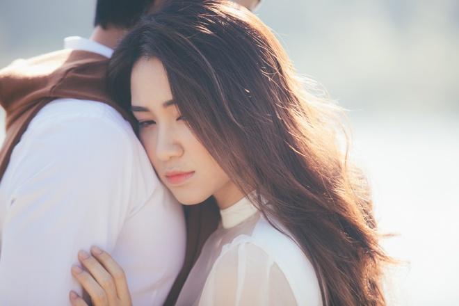 Hoa Minzy khoa moi con trai nuoi Hoai Linh trong MV moi hinh anh 3