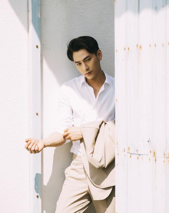 Isaac tinh cam voi 'ban sao Tang Thanh Ha' trong MV moi hinh anh 3