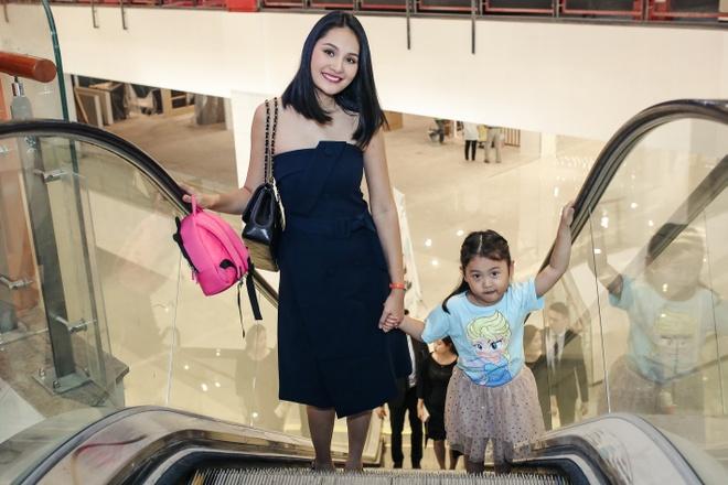 Hoa hau Huong Giang dua con gai lon di hoc mua ballet hinh anh 1