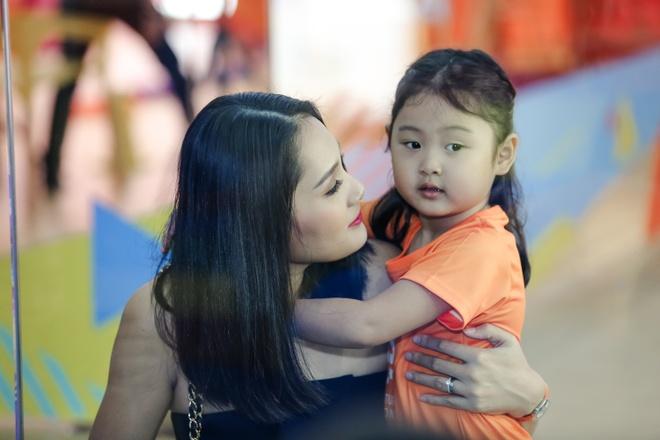 Hoa hau Huong Giang dua con gai lon di hoc mua ballet hinh anh 2