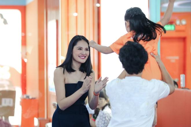 Hoa hau Huong Giang dua con gai lon di hoc mua ballet hinh anh 4