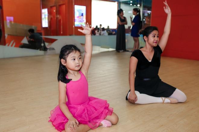 Hoa hau Huong Giang dua con gai lon di hoc mua ballet hinh anh 7