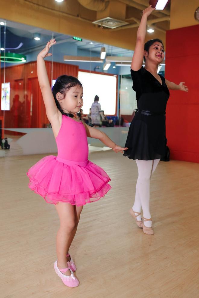 Hoa hau Huong Giang dua con gai lon di hoc mua ballet hinh anh 6
