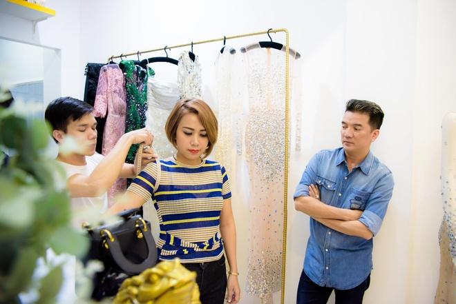 Dam Vinh Hung dan hoc tro di mua sam, an uong hinh anh 2