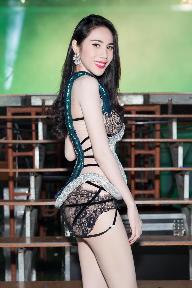 Thuy Tien mac trang phuc nhu noi y bieu dien tren san khau hinh anh 3