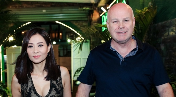 Chong Tay nam chat tay, dan Thu Minh di dien hinh anh