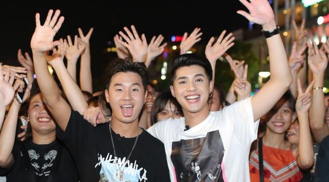 Noo Phuoc Thinh cung rapper Han Quoc gay nao loan pho di bo Nguyen Hue hinh anh