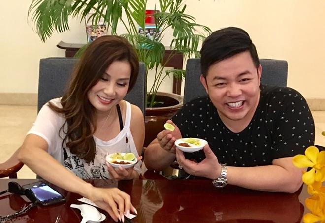 Quang Le dan ca si hai ngoai Ha Vy di choi Sai Gon hinh anh 1