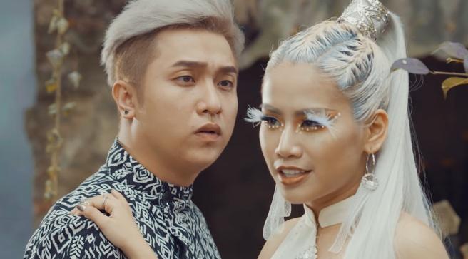 Yanbi bat tay hoc tro Tuan Hung trong MV moi hinh anh