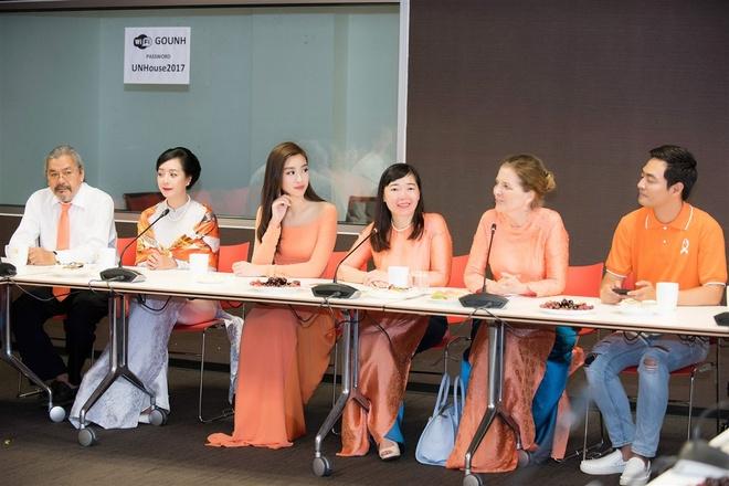 Hoa hau My Linh tang qua cho nan nhan chat doc da cam hinh anh 7