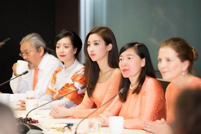 Hoa hau My Linh tang qua cho nan nhan chat doc da cam hinh anh 8