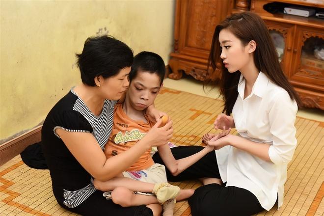 Hoa hau My Linh tang qua cho nan nhan chat doc da cam hinh anh 1