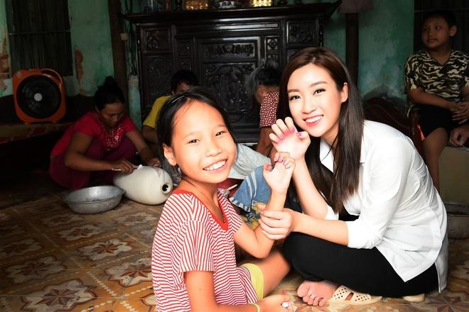 Hoa hau My Linh tang qua cho nan nhan chat doc da cam hinh anh 3