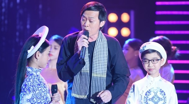 Hoai Linh ho tro hoc tro em trai dang quang Tuyet dinh song ca nhi hinh anh
