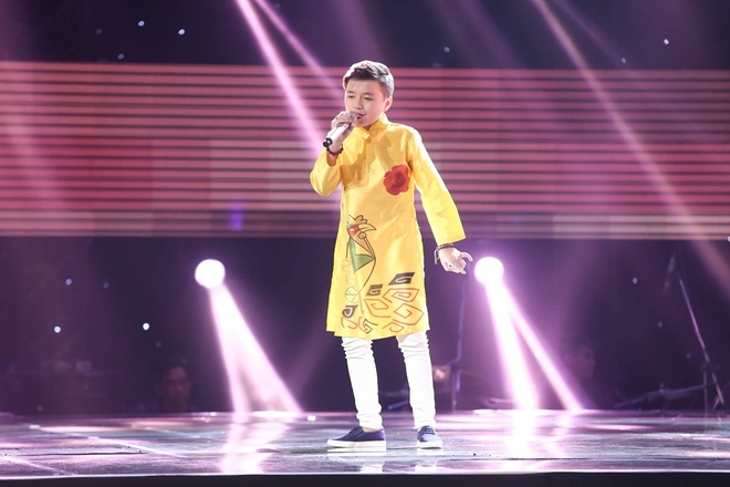 Cau be 10 tuoi hat rock khien HLV Voice Kids tranh gianh quyet liet hinh anh 4